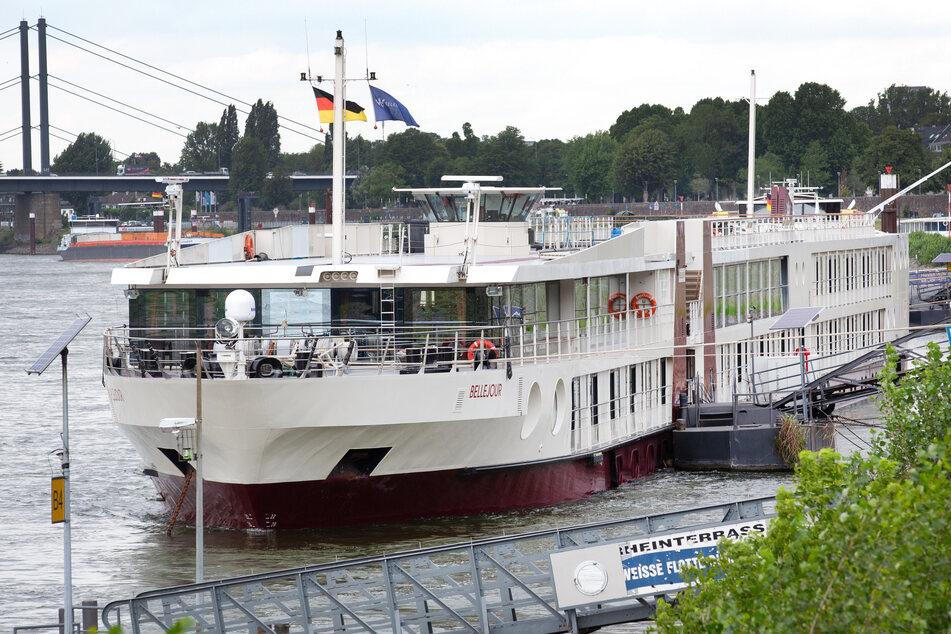 """Das Hotelschiff """"Bellejour"""" liegt in Düsseldorf. Die Landeshauptstadt nutzt ein Hotelschiff auf dem Rhein als Quarantäne-Quartier für Corona-Infizierte."""