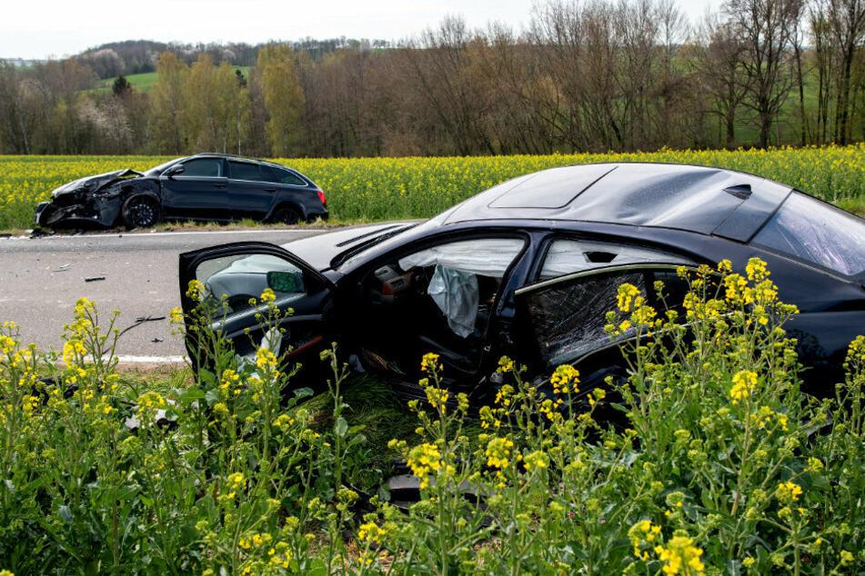 Chemnitz: Drei Verletzte bei Frontalcrash: Skoda und BMW landen in Rapsfeld