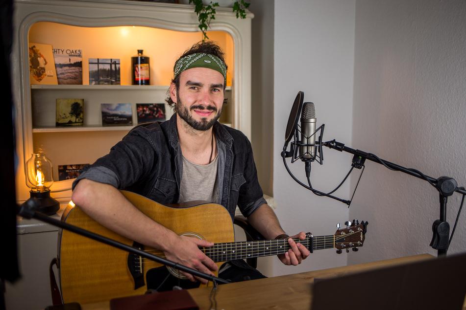 Jan Thierfelder (30) sitzt bei einem Sofa-Konzert in seinem Wohnzimmer.