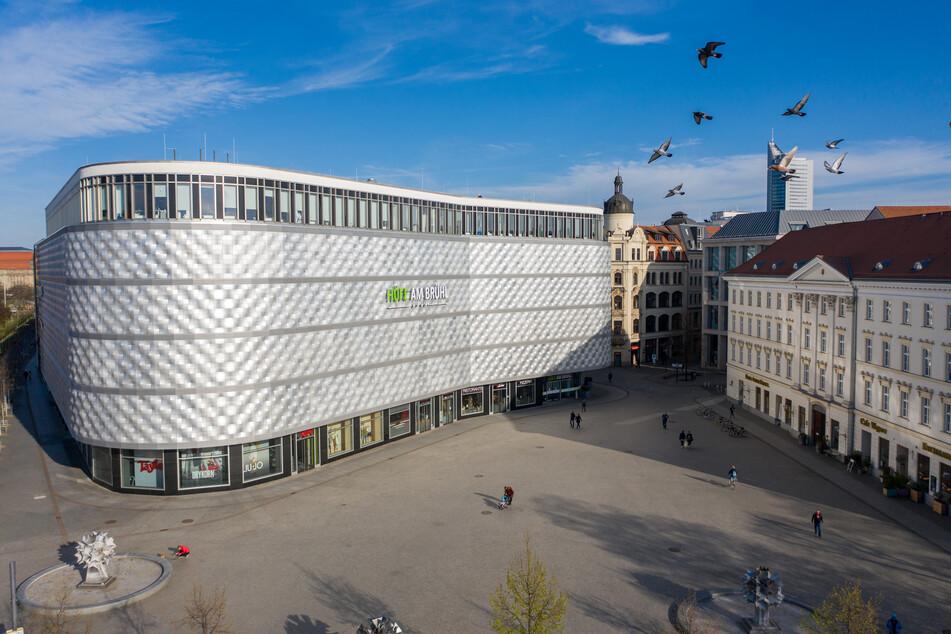 """Nur vereinzelte Menschen sind auf dem Richard-Wagner-Platz vor der Leipziger Blechbüchse unterwegs. Im Inneren befindet sich das Shopping-Center """"Höfe am Brühl""""."""