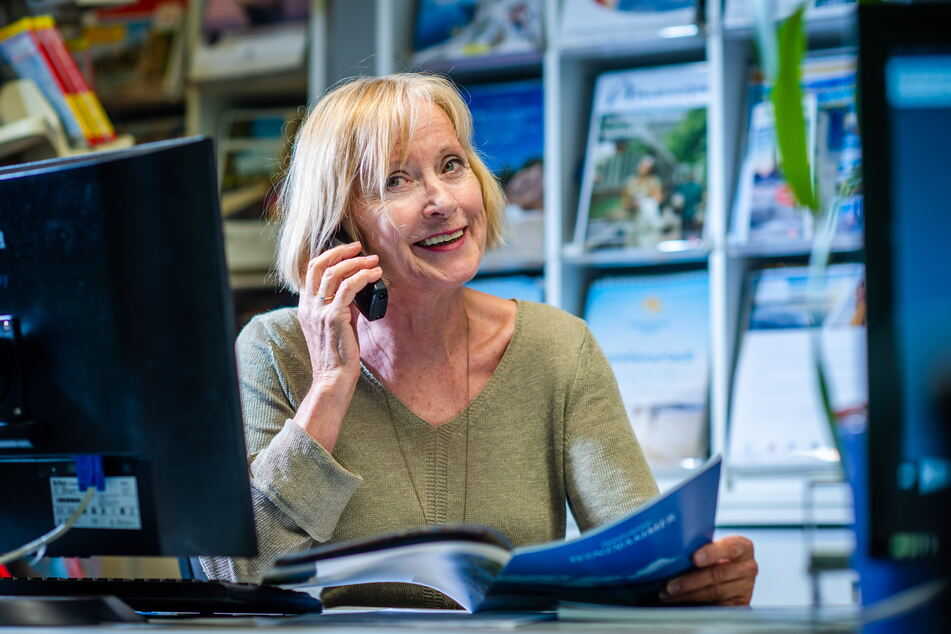 Elke Weber vom Reisebüro Weber telefoniert mit einem Kunden - besonders nachgefragt sind momentan Reisen nach Mallorca oder Griechenland.