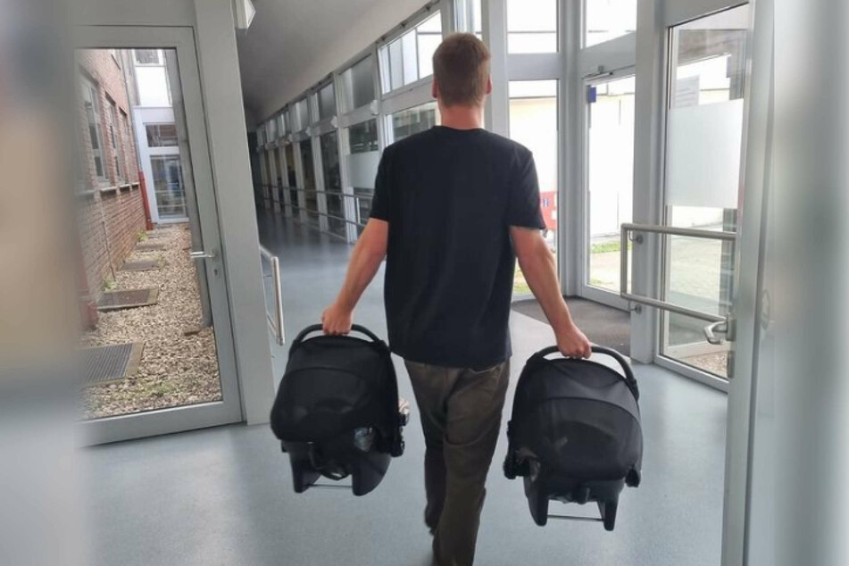 Am Dienstag teilte Sarafina Wollny (26) ein Bild von Ehemann Peter Wollny (28), der seine Söhne aus dem Krankenhaus trägt.