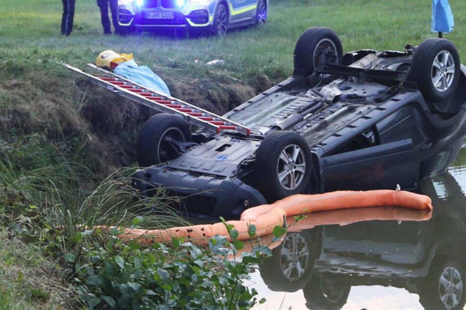 Tödlicher Unfall: Auto landet in einem Weiher, Fahrer verliert Kampf um Leben
