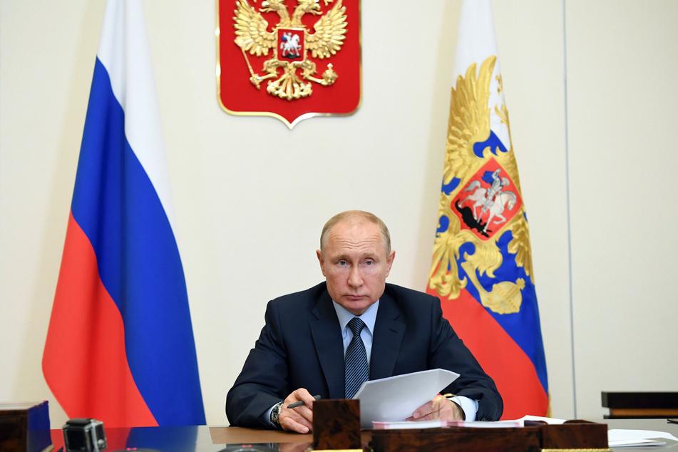 Wladimir Putin, Präsident von Russland, nimmt an einer Telefonkonferenz in der Residenz Nowo-Ogarjowo teil.
