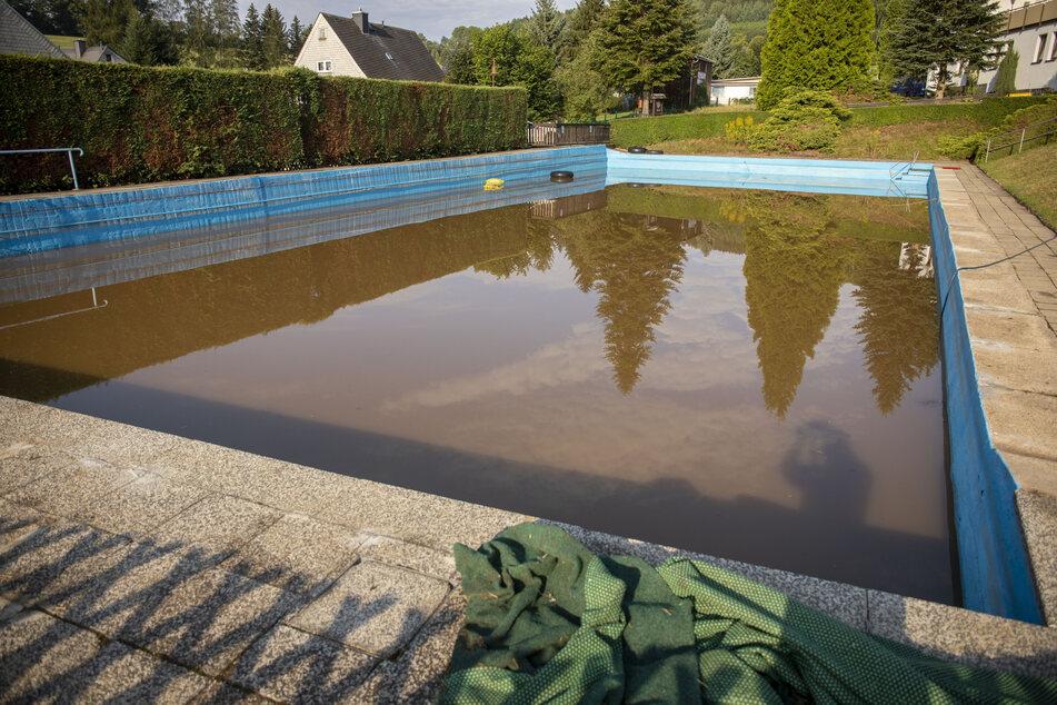 Im Schwimmbad Neundorf befindet sich nach dem Unwetter eine Brühe aus Mist und Schlamm.