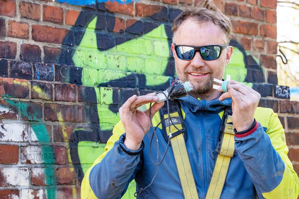 Industriekletterer Daniel Drescher (44) zeigt den Fund, den er in 50 Metern Höhe gemacht hat.
