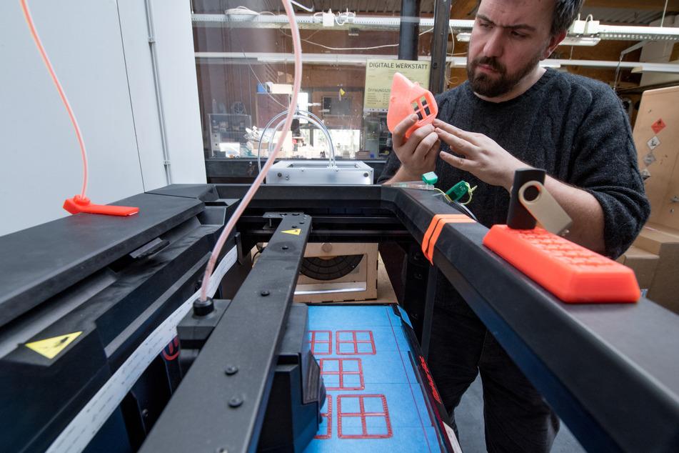 Ein 3D-Drucker fertigt Rahmen für Filtereinsätze von Mundschutzmasken. (Symbolbild)
