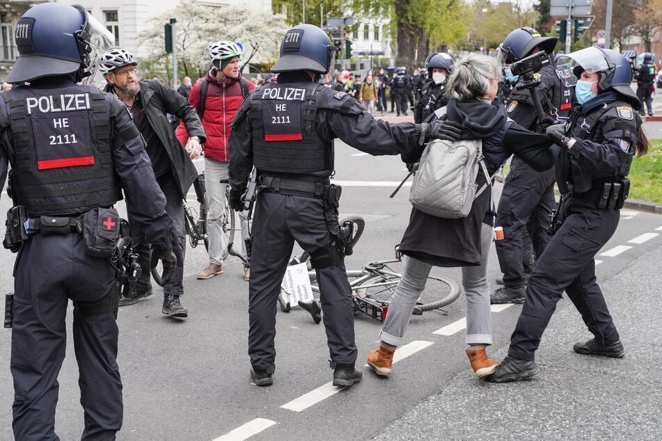 Zwischen den Demonstranten und der Polizei kam es immer wieder auch zu Rangeleien und Handgreiflichkeiten.