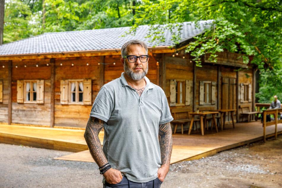 Stefan Hermann (49) steht verärgert vor seiner Waldhütte am Konzertplatz Weißer Hirsch.