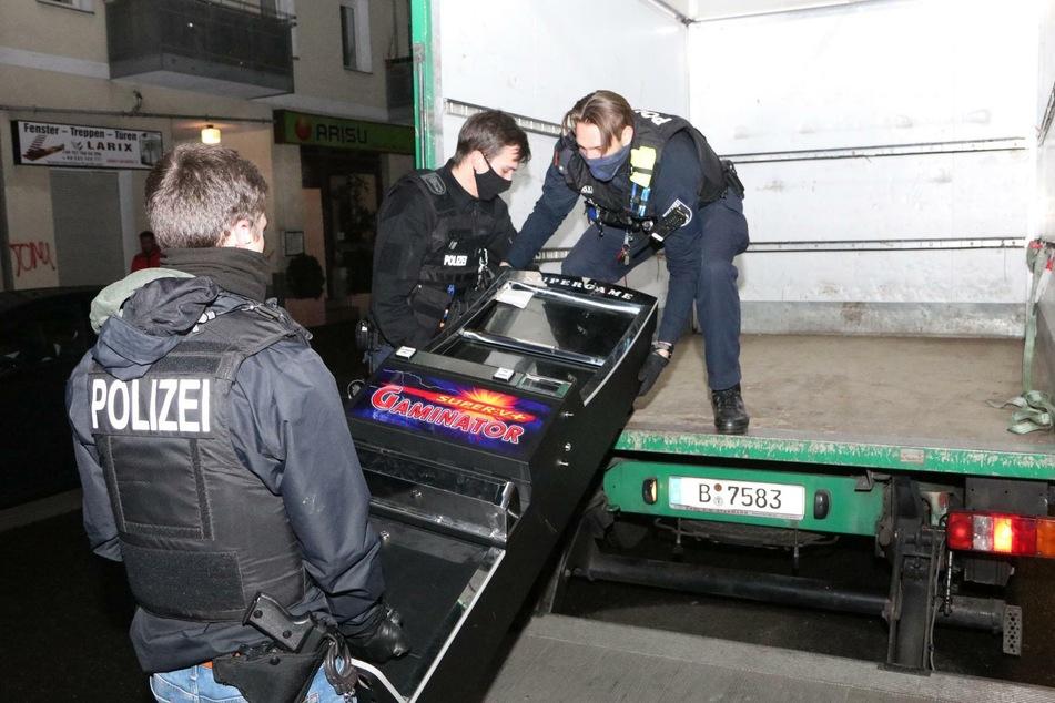 Zudem wurden zwei Glücksspielautomaten beschlagnahmt.
