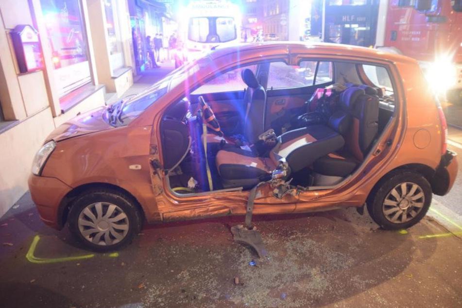 Bei einem Unfall in Wien krachte dieses Auto mit einer Straßenbahn zusammen.