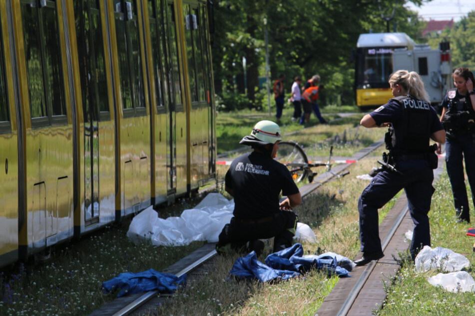 Polizei und Feuerwehr am Unfallort.