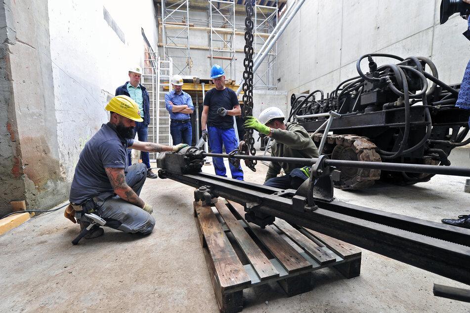 Mithilfe eines Mobilkrans wurde der 66 Jahre alte und sieben Tonnen schwere Bohrwagen in den neuen Museumsbau versetzt.