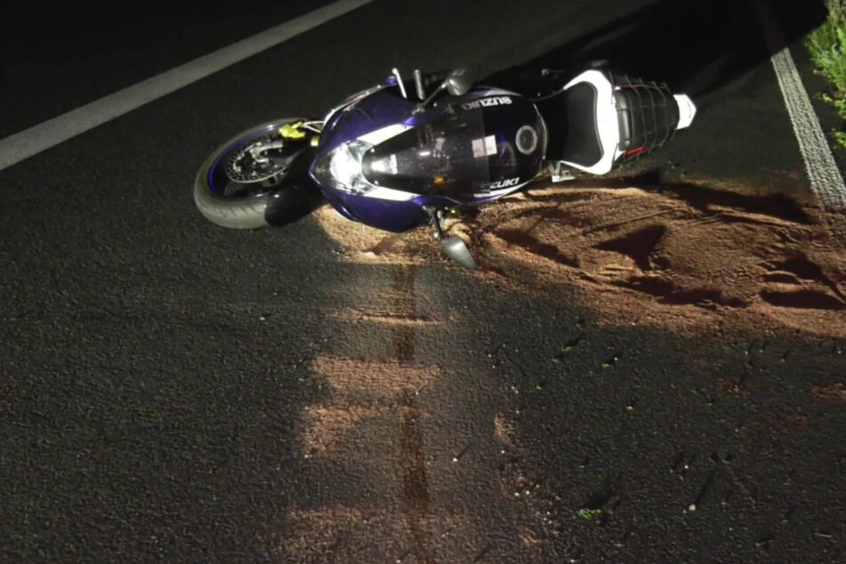 Tödlicher Unfall auf A5: Motorrad kracht gegen Auto und fährt fahrerlos weiter