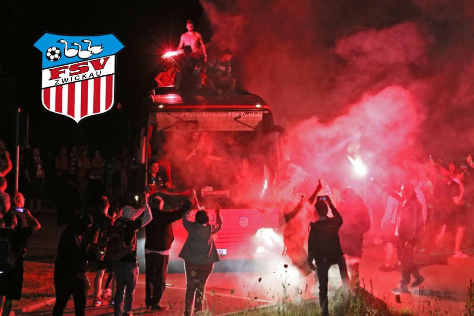 Nach Klassenerhalt: So feiern die FSV-Fans ihre Mannschaft