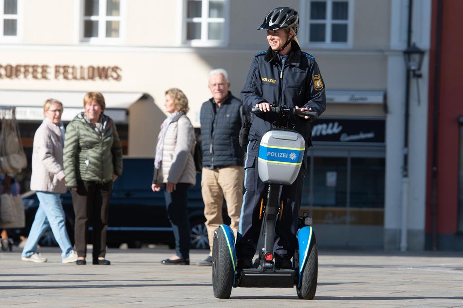 Eine Polizistin fährt mit einem Segway.