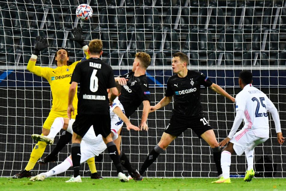 Karim Benzema (weißes Trikot, links) holte Real Madrid mit seinem spektakulären Seitfallzieher-Tor zum 1:2 zurück ins Spiel.