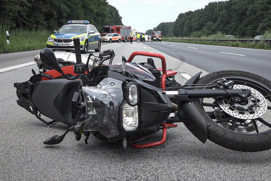 Der 57-jährige Motorradfahrer verstarb noch an der Unfallstelle.