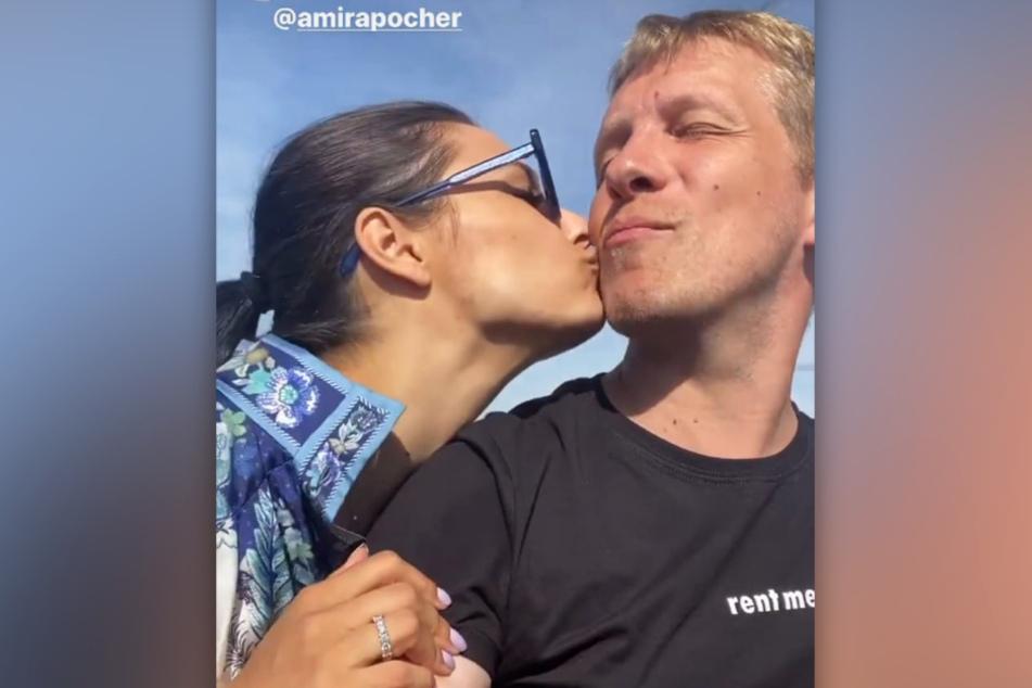 Oliver (42) und Amira Pocher (27) sind in Venedig auf einem Boot unterwegs, als sie die Nachricht verkünden.