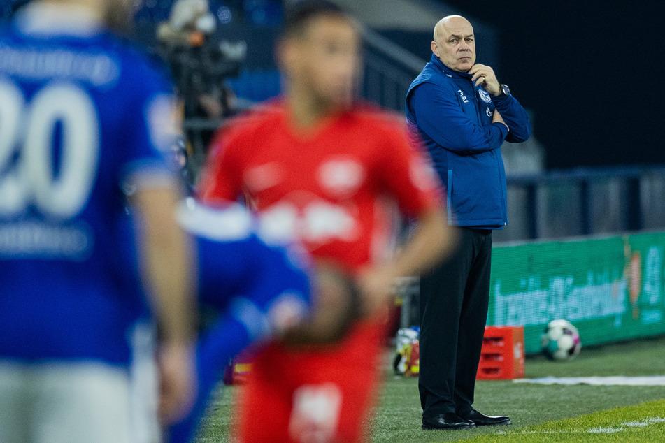 Was fällt S04-Trainer Christian Gross (r.) im Kampf gegen den Bundesliga-Abstieg noch ein?