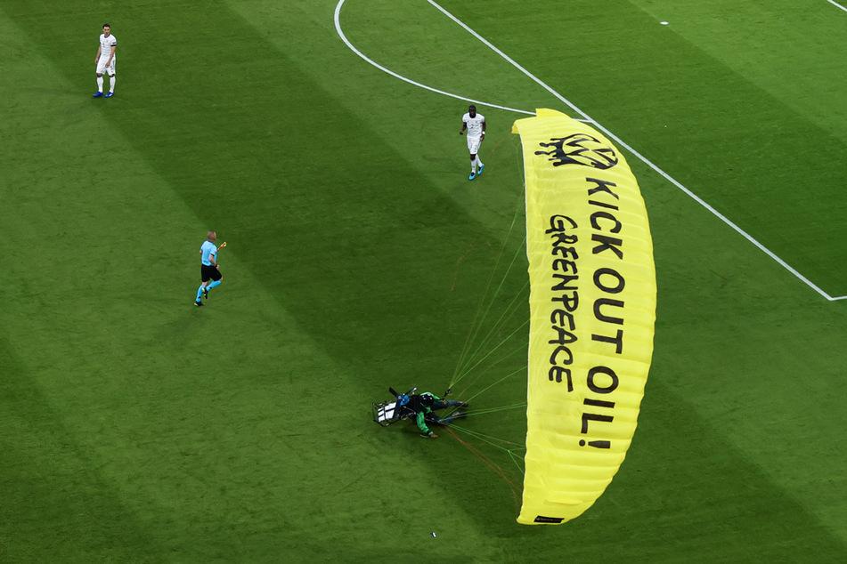 Vor der EM-Partie Deutschland gegen Frankreich musste ein Aktivist von Greenpeace auf dem Spielfeld notlanden.