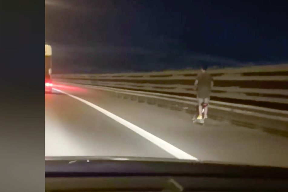 Mann rast mit 70 km/h auf einem E-Scooter über die Autobahn