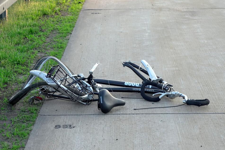 Völlig zerbeult! Dieses Fahrrad führte am Freitagabend zu heftigen Unfällen auf der A4 bei Chemnitz.