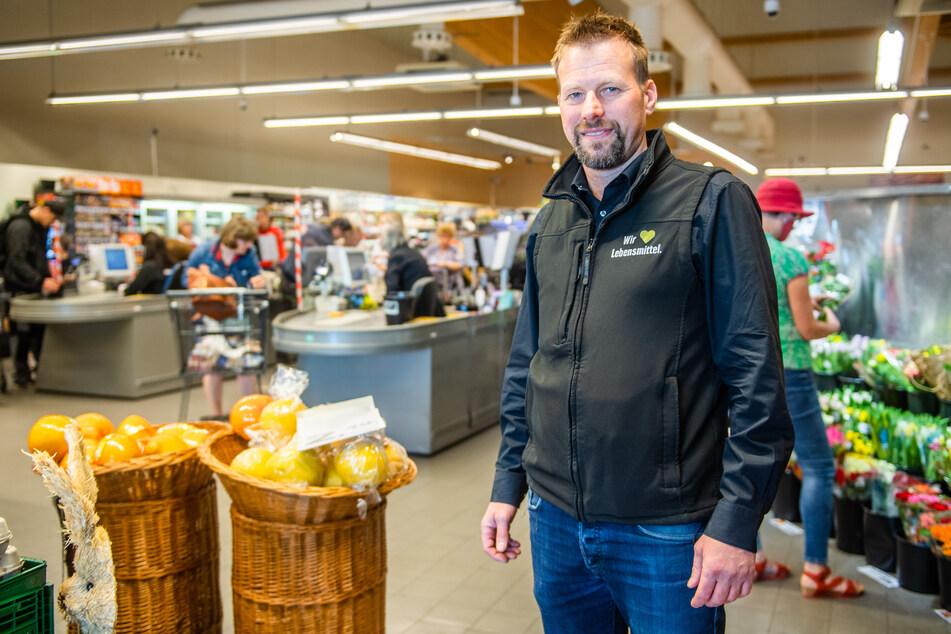 Gerüstet für den Oster-Ansturm: Edeka-Marktleiter Erik Zimmermann (44).