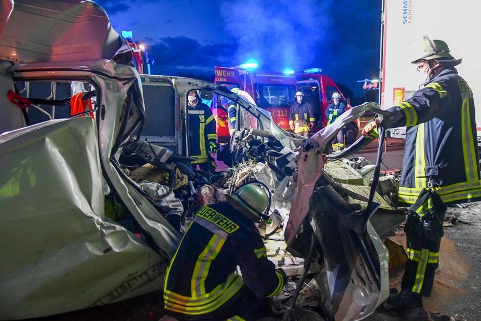 Der Kleintransporter-Fahrer verstarb noch an der Unfallstelle.