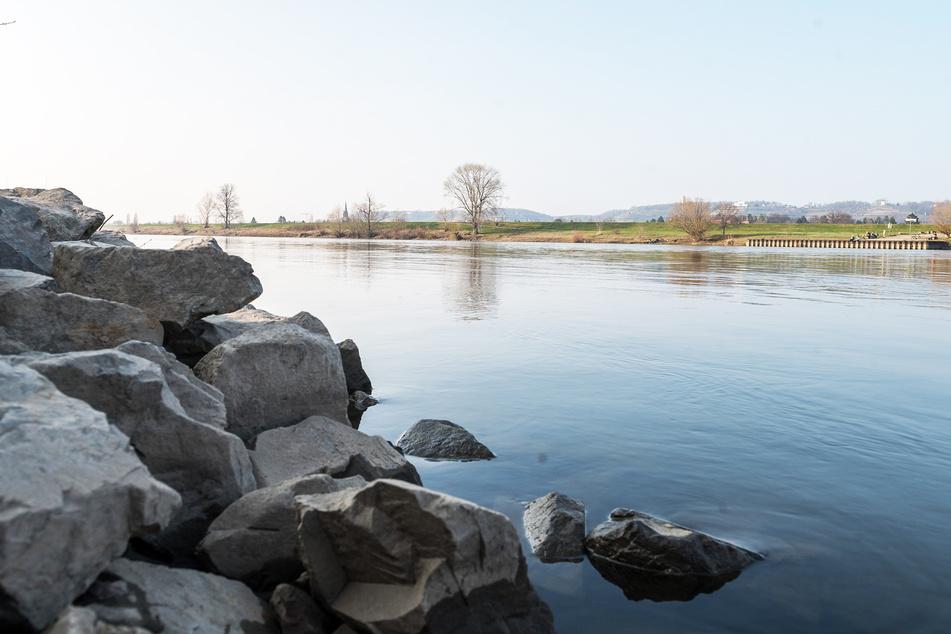 Blick über die Elbe in Richtung Friedenskirche. Der Fluss bildet auf gut fünf Kilometer Länge die Grenze zu Radebeul.