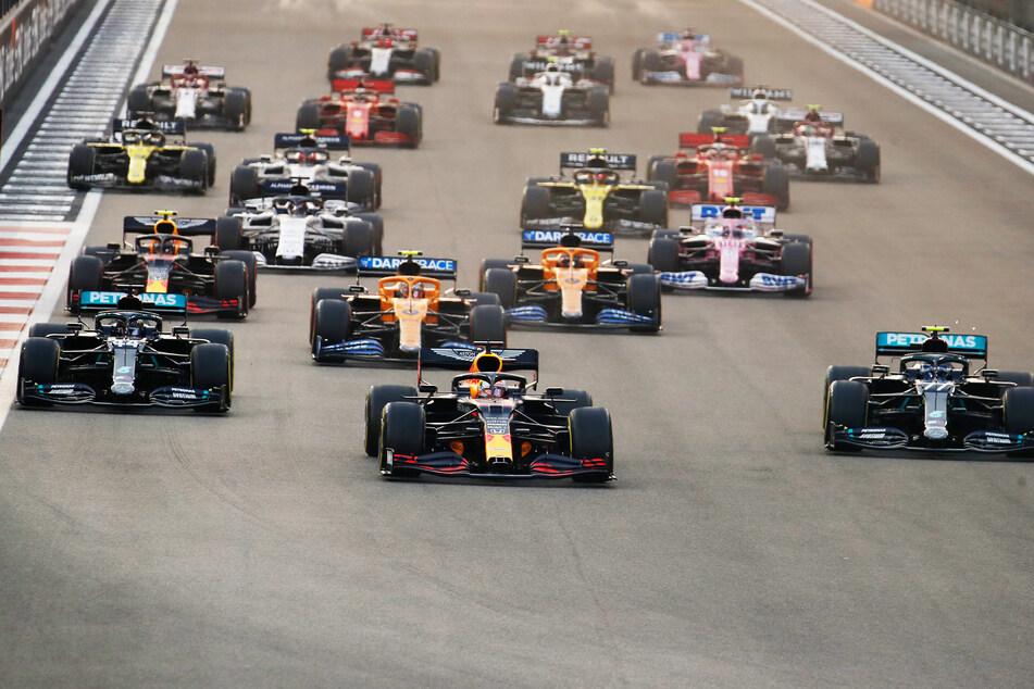 Max Verstappen (M.) vom Team Red Bull führt das Feld zwischen Lewis Hamilton (l.) und Valtteri Bottas (beide Team Mercedes) beim Start an.