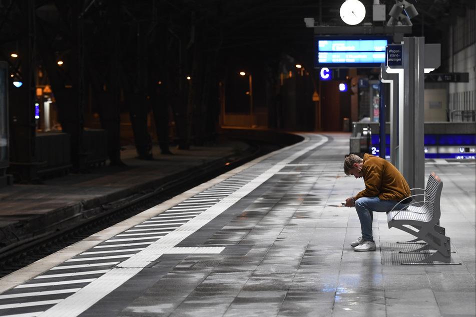 Ein Polizist soll einen Radfahrer von einem Bahnsteig ins Gleisbett gestoßen haben. (Symbolbild)