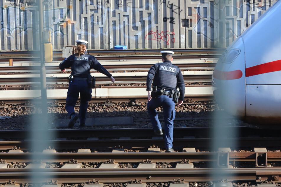Vorbei am stehenden ICE wagten sich die Einsatzkräfte in das Gleisbett.