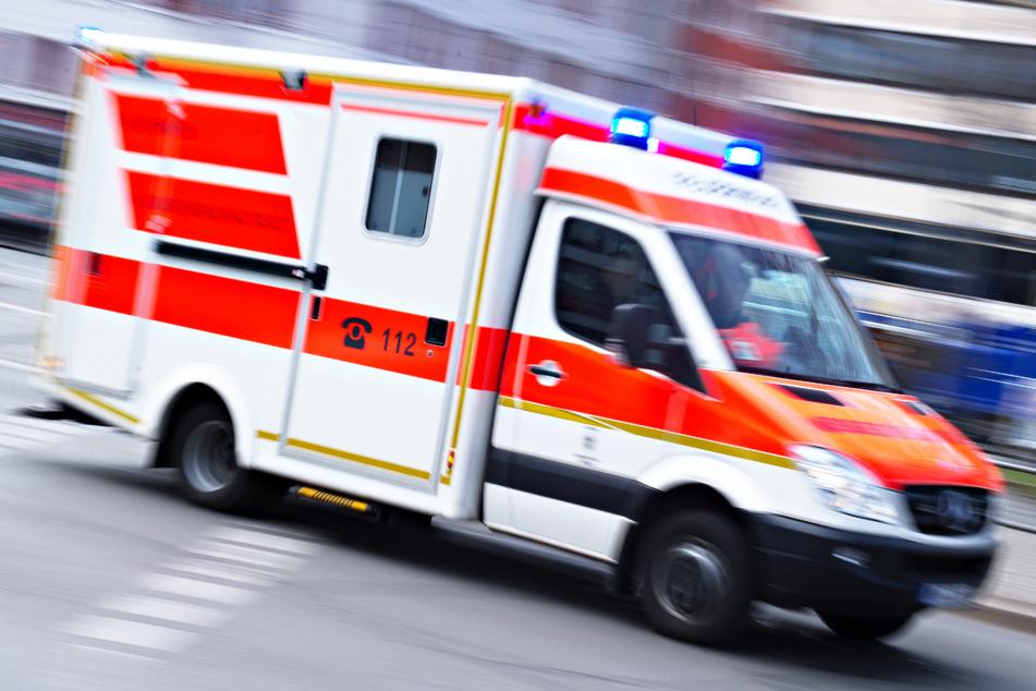 Rollerfahrer kollidiert in München mit VW-Bus und verletzt sich schwer