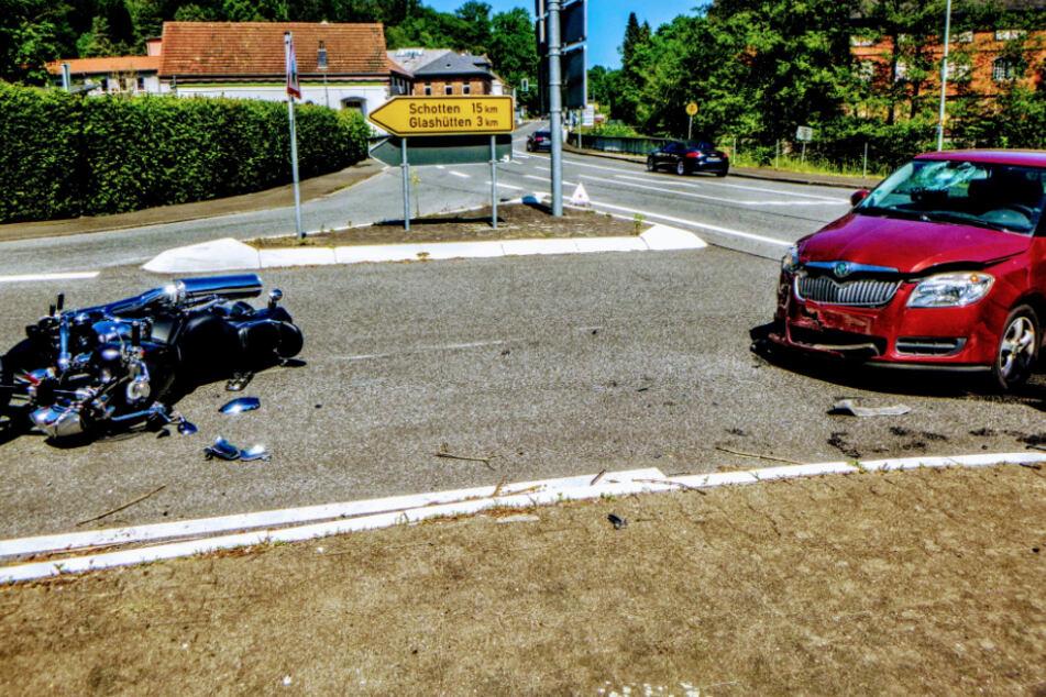 Nach derzeitigem Ermittlungsstand hatte die Fahrerin des Skodas an der Kreuzung das Motorrad übersehen.