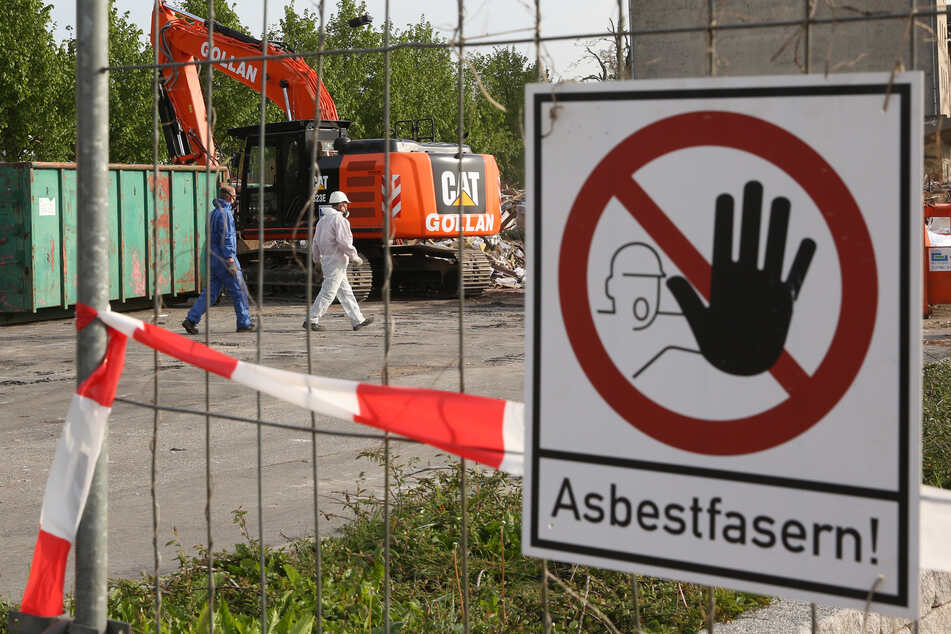 Der 67-jährige Angeklagte soll unter anderem mehrfach asbesthaltige Abfälle nicht ordnungsgemäß getrennt und entsorgt haben. (Symbolbild)