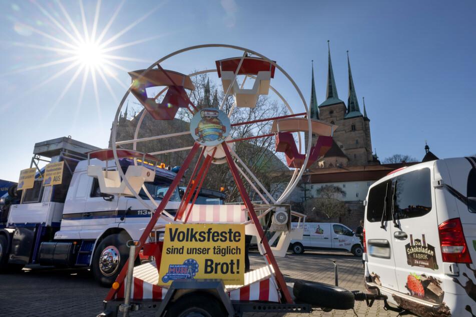 """""""Volksfeste sind unser täglich Brot"""" steht auf einem Plakat an einem der Fahrzeuge. Der Autokorso startete am Erfurter Domplatz."""