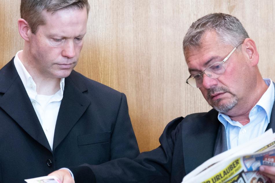 Das Foto vom 28. Juli zeigt den Hauptangeklagten Stephan Ernst (l.) und seinen damaligen Verteidiger Frank Hannig.
