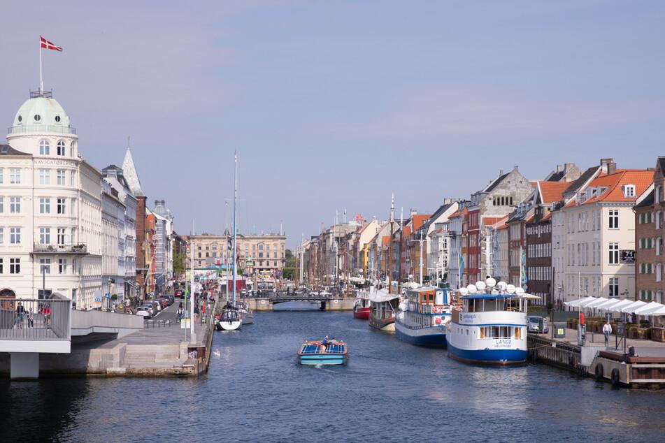 Der neue Handelshafen (Nyhavn) ist der älteste Hafen der dänischen Hauptstadt und ein beliebter Treffpunkt für Touristen.