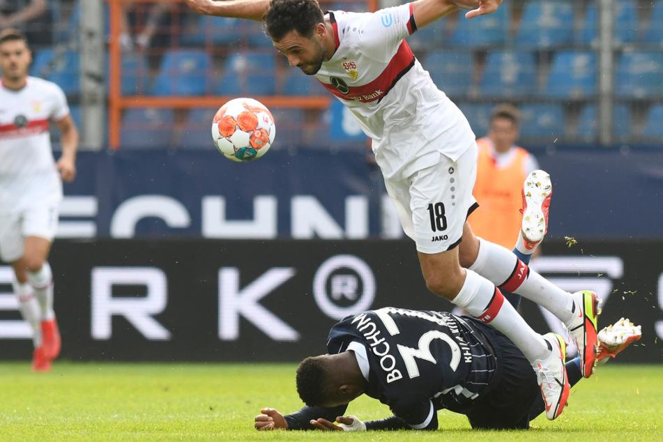 Umkämpftes Match: Hier fällt Stuttgarts Hamadi Al Ghaddioui (r.) nach einem Zweikampf mit Armel Bella Kotchap (am Boden).