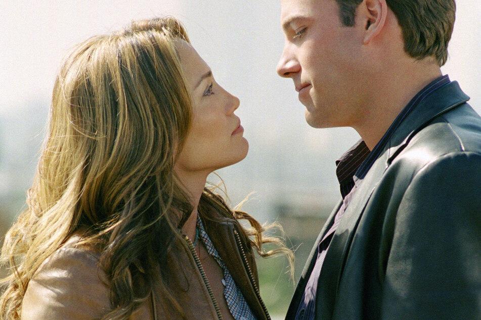 Jennifer Lopez (l.) and Ben Affleck (r.) on the set of Gigli.