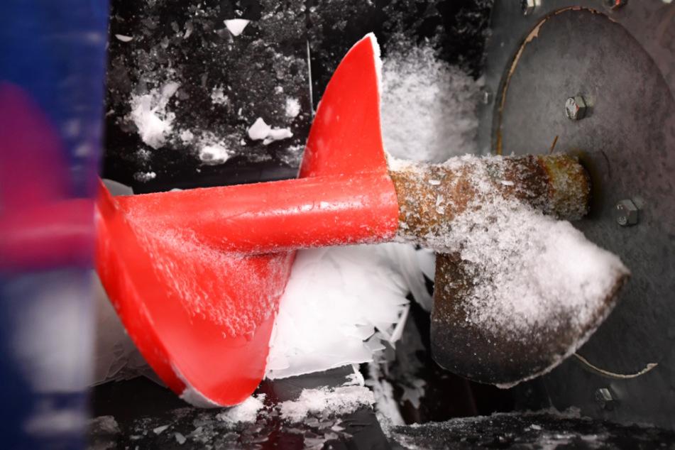 Eine Schraube befördert den produzierten Schnee von der Kältemaschine in die Halle.