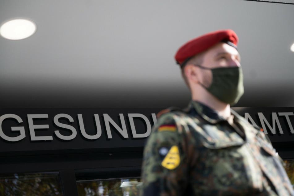 Soldaten der Bundeswehr helfen in den Berliner Pflegeheimen ab sofort auch bei den Corona-Schnelltests.