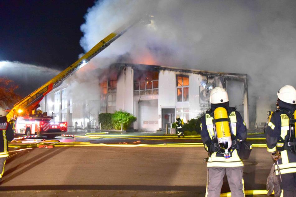 Brand in Kölner Lagerhalle: Zwei Feuerwehrleute verletzt