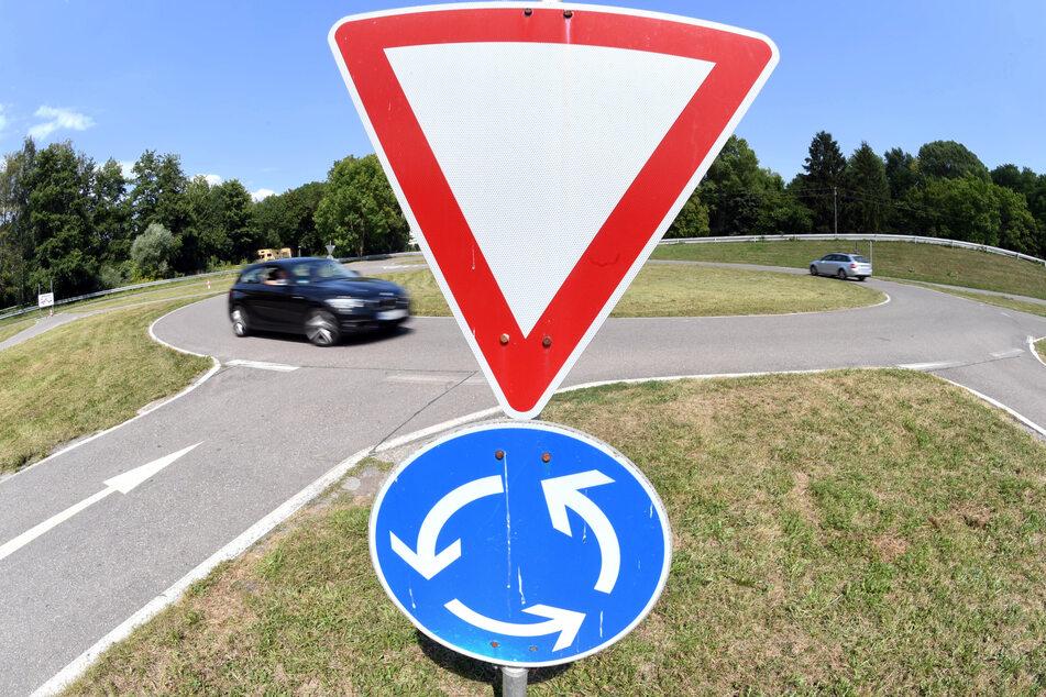 Tödlicher Unfall: Autofahrer prallt mit Wagen gegen Erdwall