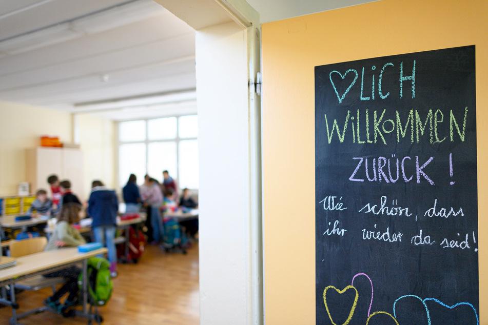 Kinder dürfen wieder die Grundschulen der Landeshauptstadt besuchen.