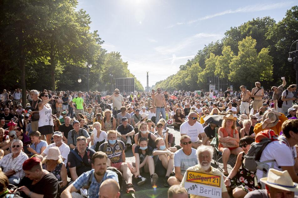 Abstände wurden auf der Demo in Berlin kaum eingehalten, Masken trugen nur die wenigsten Teilnehmer.