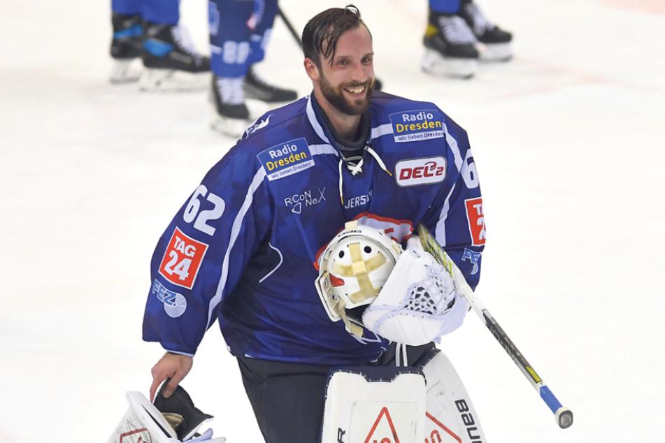 Eislöwen-Goalie Janick Schwendener nahm es mit Humor, dass er wegen defekter Ausrüstung dreimal vom Eis musste.