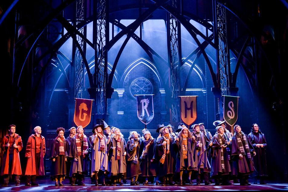 """Die Schauspieler stehen bei der Fotoprobe des Theaterstücks """"Harry Potter und das verwunschene Kind"""" auf der Bühne des """"mehr!-Theater""""."""