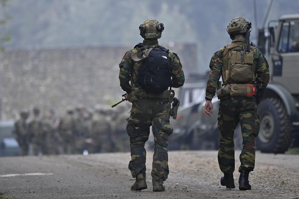 Soldaten bewachen die Straßen.